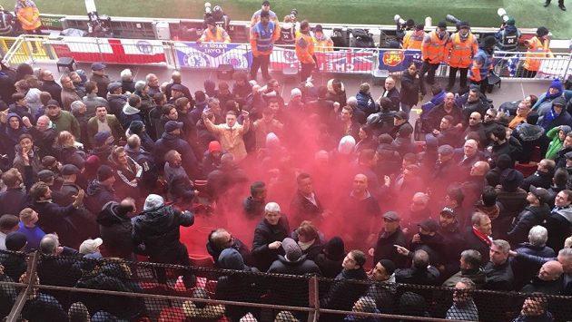 Liverpoolští fanoušci hodili dýmovnici do sektoru příznivců Chelsea. Ošetřen musel být devítiletý chlapec.
