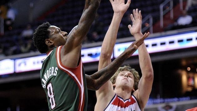 Ondřej Veselý (vpravo) v dresu Washingtonu Wizards zabraňuje Larrymu Sandersovi z Milwaukee ve skórování.
