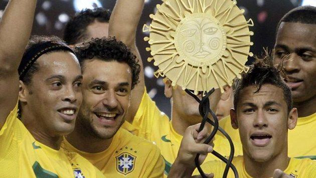 Ronaldinho (zcela vlevo) se raduje z vítězství nad Argentinou.