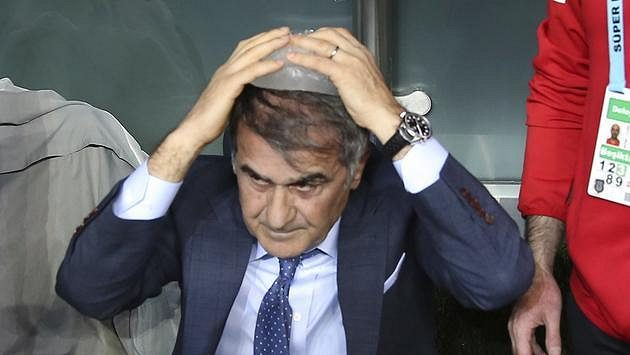 Zraněný trenér Besiktase Senol Günes.