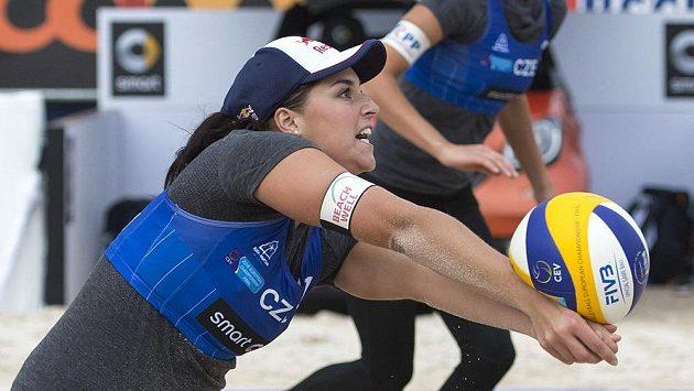 Plážové volejbalistky Barbora Hermannová (vpředu) a Markéta Sluková na ME ve švýcarském Bielu.