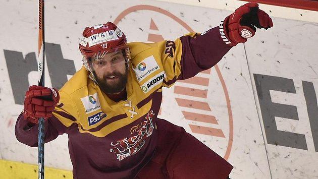 Radost střelce vítězného gólu v sedmém semifinále play off WSM ligy Richarda Diviše z Jihlavy.