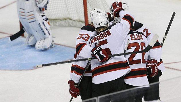 Útočník New Jersey Devils Patrik Eliáš (s číslem 26) se raduje se spoluhráči ze vstřelení gólu.