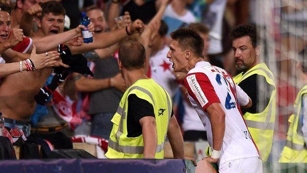 Útočník Slavie Praha Milan Škoda oslavuje s fanoušky svůj druhý gól proti Liberci.