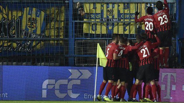 Fotbalisté Opavy slaví vítězný gól v Liberci.