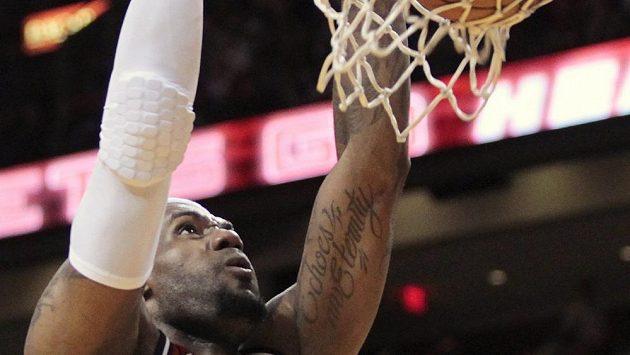 LeBron James oslnil NBA dalším střeleckým představením.