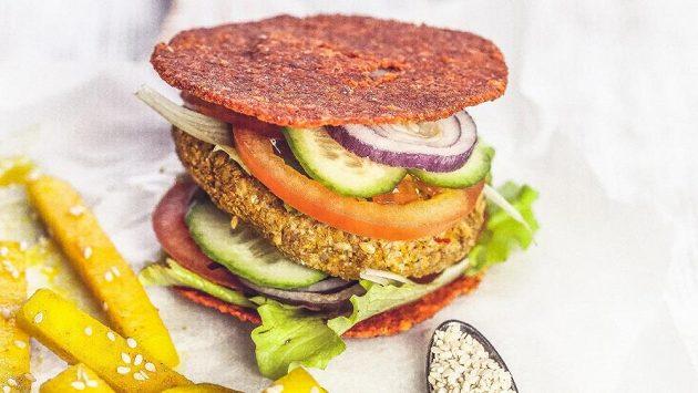 Raw hamburger s hranolky. Vypadá nádherně, dáte si?