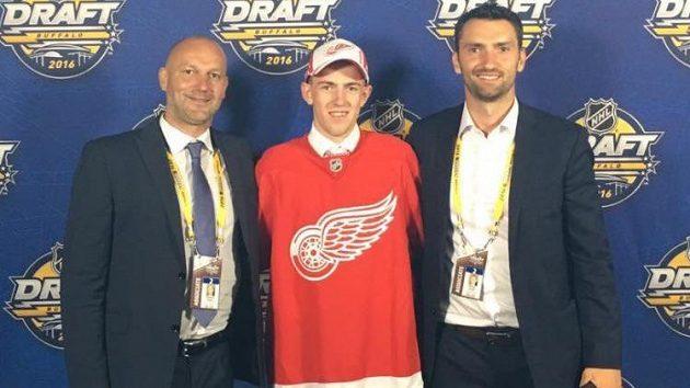 Filip Hronek ještě jako holobrádek se svými agenty Vladimírem Vůjtkem a Michalem Sivkem (vpravo) na draftu v Buffalu.