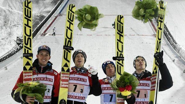 Rakouské družstvo skokanů na lyžích ve složení Gregor Schlierenzauer (vlevo), Michael Hayboeck, Stefan Kraft a Philipp Aschenwald slavilo v Lahti vítězství. Schlierenzauer se však na MS nepodívá.
