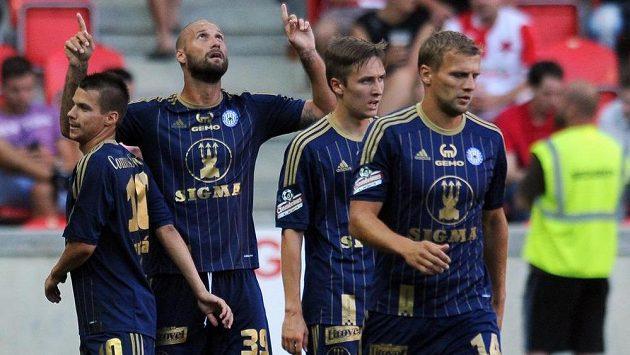 Fotbalisté Olomouce se radují z branky.