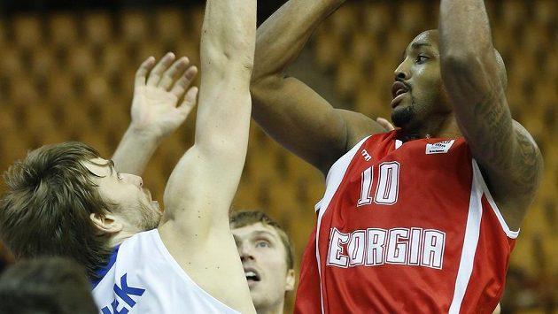 Český basketbalista David Jelínek (vlevo) se snaží zablokovat Rickyho Hickmana z Gruzie.