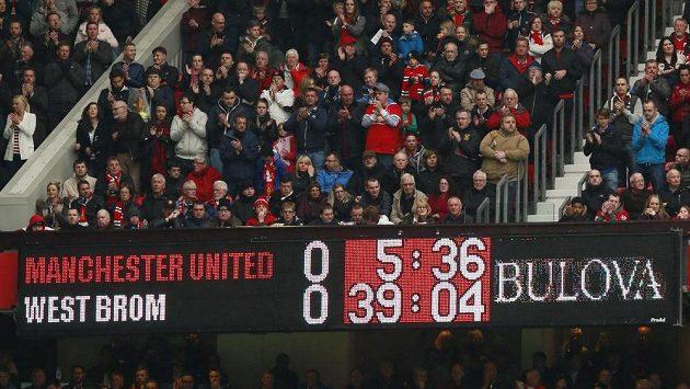 Fanoušci Manchesteru United v páté minutě duelu s West Bromwichem aplausem vzdali hold Riu Ferdinandovi,bývalému hráči United, jemuž v pátek v noci zemřela manželka.
