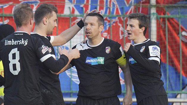 Hráči Plzně se radují z gólu Pavla Horvátha (druhý zprava).
