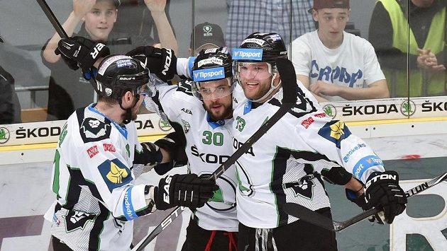 Mladoboleslavští hokejisté, zprava Marek Trončinský, Dominik Pacovský a Zdeněk Kubica, se radují z gólu proti Liberci.