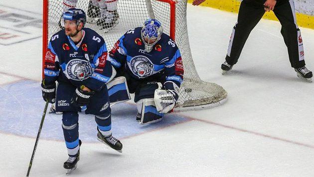 Smutní jsou liberečtí hráči Ladislav Šmíd a brankář Roman Will. Gól gestem potvrzuje hlavní rozhodčí Roman Mrkva.