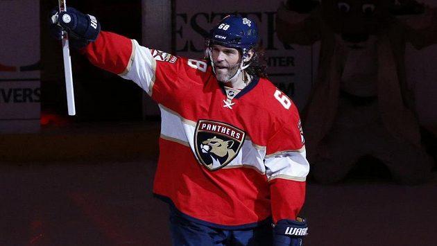 Jaromír Jágr zdraví fanoušky po zápase s Buffalem, v němž se v historické tabulce produktivity NHL dotáhl na druhého Marka Messiera.