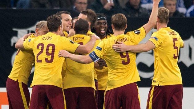 Radost sparťanských fotbalistů na hřišti Schalke ve třetím kole základních skupin Evropské ligy.