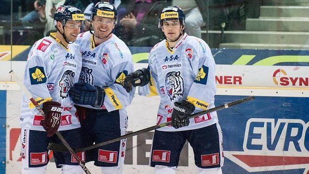Liberecký obránce Petr Gřegořek (vlevo) se raduje se spoluhráči Martinem Bartkem a Janem Víškem (vpravo) z gólu.