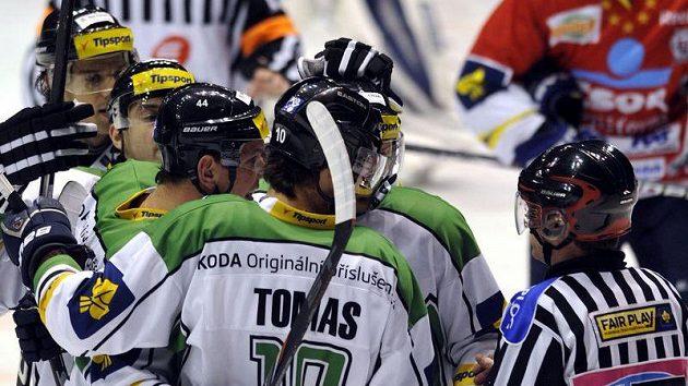 Hokejisté Mladé Boleslavi se radují z branky proti Pardubicím