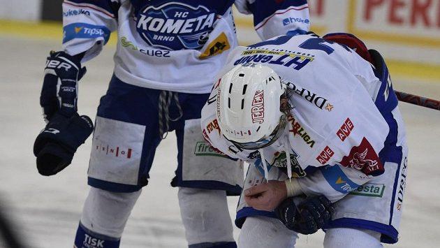 Zraněný brněnský útočník Martin Erat (vpravo) opouští ledovou plochu v zápase s Libercem. Vlevo je jeho spoluhráč Martin Nečas.