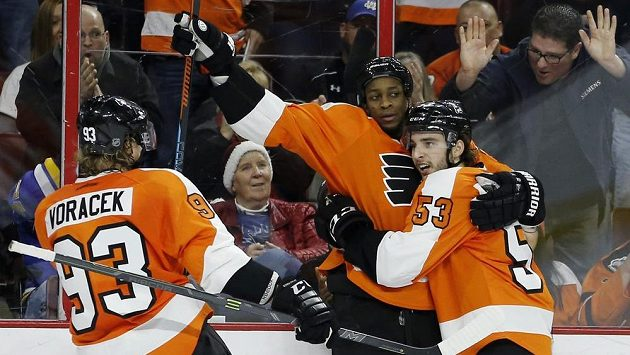 Hráči Flyers se radují z gólu so sítě St. Louis - uprostřed hvězda zápasu Wayne Simmonds, vlevo Jakub Voráček a Shayne Gostisbehere (53).