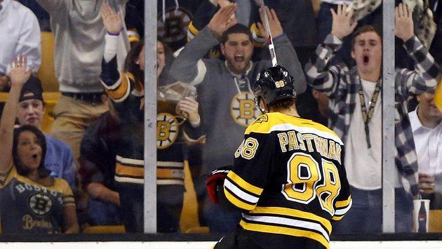 Fanoušci Bostonu jásají a David Pastrňák s nimi!