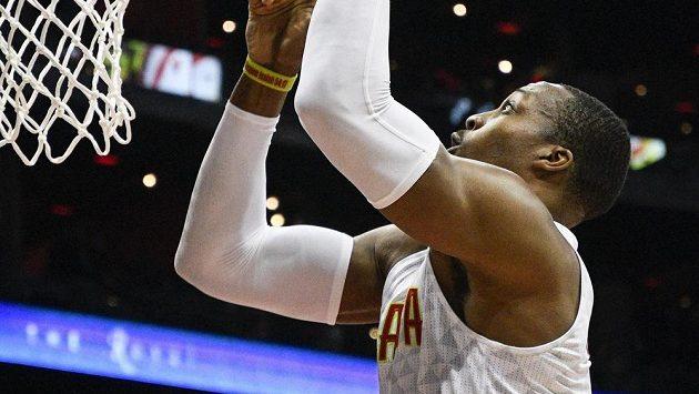 Basketbalista Atlanty Hawks Dwight Howard dává koš v utkání proti Charlotte Hornets.