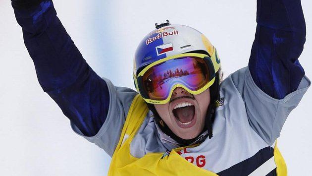 Snowboardcrossařka Eva Samková se raduje z vítězství v závodě Světového poháru v Montafonu.
