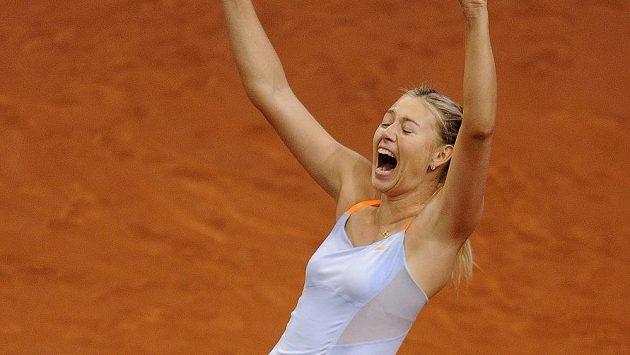 Tenistka Maria Šarapovová se raduje z vítězství nad Li Na ve finále turnaje ve Stuttgartu.