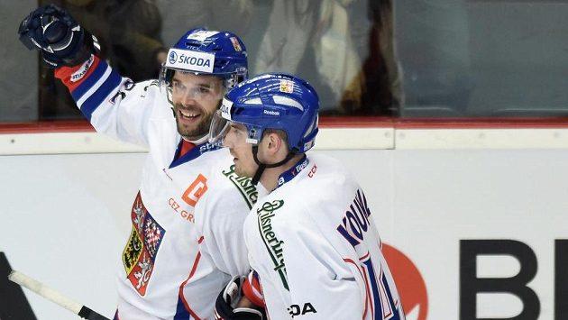 Michal Vondrka (vlevo) a Petr Koukal slaví gól.