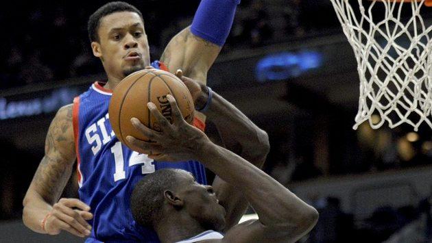 Basketbalista Philadelphie K.J. McDaniels (vzadu) se snaží zablokovat Gorguie Dienga z Minnesoty.