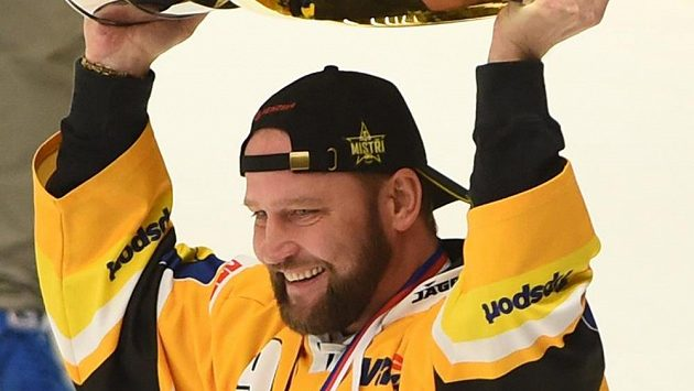 Místopředseda představenstva litvínovského klubu Jiří Šlégr se raduje s pohárem z vítězství.