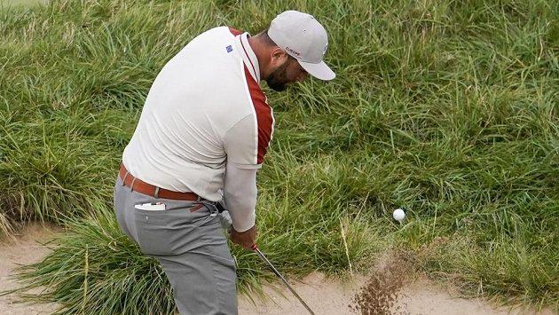 Španělský golfista Jon Rahm během zápasu na Ryder Cupu, v rámci něhož se představuje v týmu Evropy.