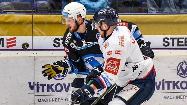 Martin Procházka z Plzně a Vojtěch Tomi z Vítkovic během úvodního utkání předkola play off hokejové extraligy.