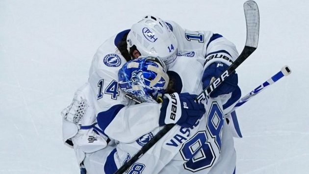 Hráči Tampy Bay (útočník Patrick Maroon a brankář Andrei Vasilevski) se radují z výhry ve třetím zápase play off NHL.