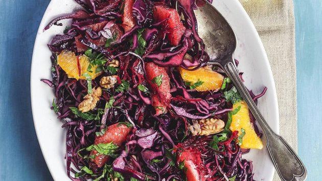 Barevný vitamínový salát. Dobrou chuť.