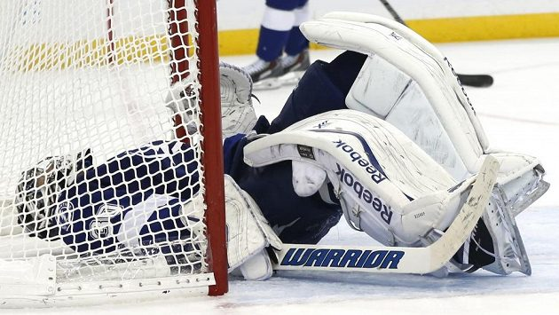 Zaskočený brankář Tampy Ben Bishop leží na ledě po kuriózním vlastním gólu od Radka Gudase.