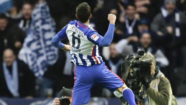 Záložník Vladimír Darida slaví s fanoušky Herthy Berlín svou trefu proti Leverkusenu.