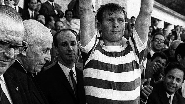 Bývalý kapitán skotského Celticu Billy McNeill, první Brit, který kdy zvedl nad hlavu trofej pro vítěze PMEZ, zemřel ve věku 79 let.
