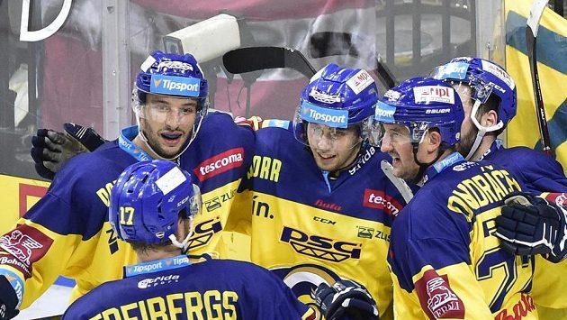 Hráči Zlína se radují z pátého gólu na ledě Sparty.