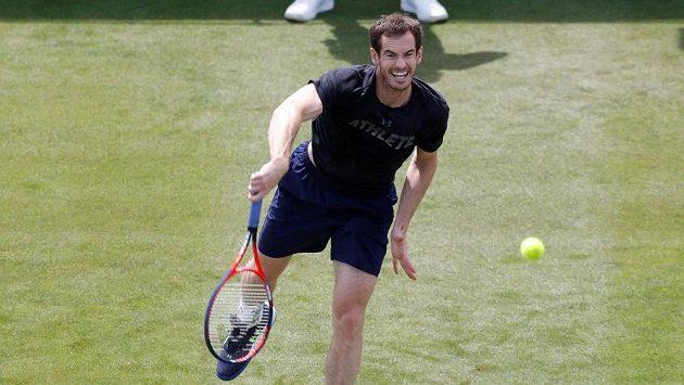 Tenista Andy Murray při tréninku na turnaji v britském Eastbourne.
