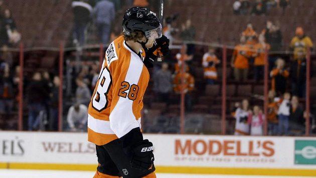 Kapitán Philadelphie Flyers Claude Giroux slaví s diváky výhru nad Columbusem.