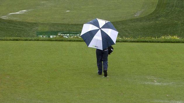 Golfisté kvůli dešti nedohráli v neděli turnaj PGA v Newtown Square.