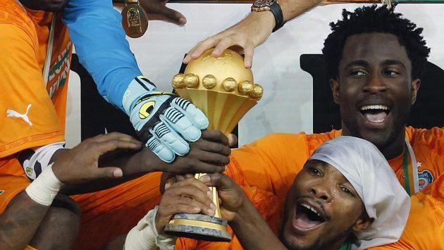 Pohár je náš! Bony Wilfried z Pobřeží slonoviny jásá vpravo vedle trofeje z posledního afrického mistrovství, které pořádala Rovníková Guinea.