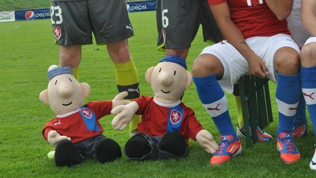 Při fotografování týmu si hráči zapózovali i s večerníčkovými postavami Patem a Matem