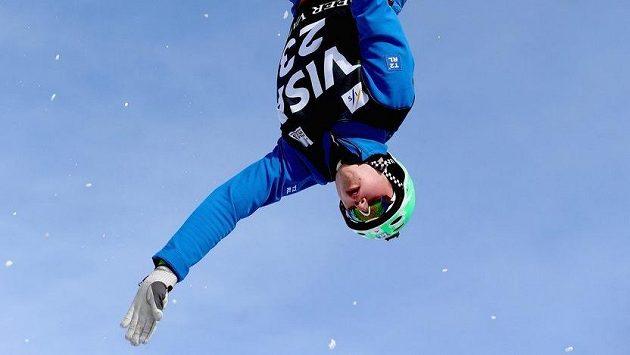 Akrobatický skokan na lyžích Lloyd Wallace.