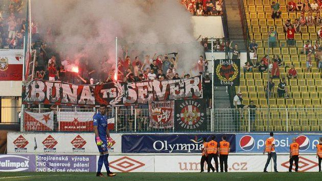 Fanoušci Slavie během utkání v Teplicích.