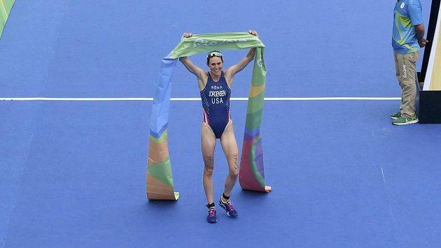 Americká triatlonistka Gwen Jorgensenová v cíli olympijského závodu.