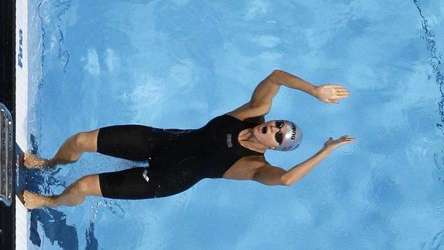 Simona Baumrtová vyrovnala v semifinále plaveckého mistrovství světa v Barceloně na znakařské stovce vlastní český rekord časem 59,99 sekundy a do finále postoupila ze sedmého místa.