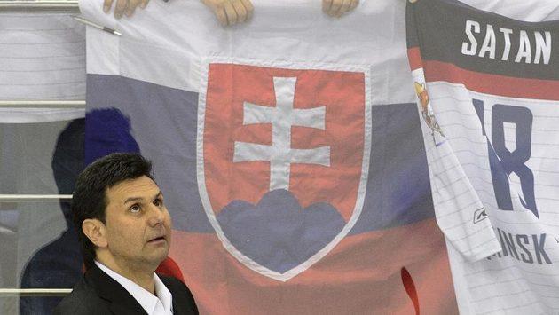 Trenér české hokejové reprezentace Vladimír Růžička se slovenskou vlajkou v pozadí. Slováci dávali celý zápas vědět o své převaze v hledišti.